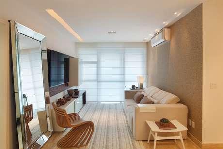 De moldura também espelhada, o espelho virou o centro das atenções nesta sala projetada pelas arquitetas Gabriela Eloy e Carolina Travaglini. Informações: (21) 3165-0533