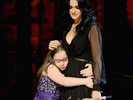 Después de la actuación, Katy y Jodi compartieron un dulce abrazo.