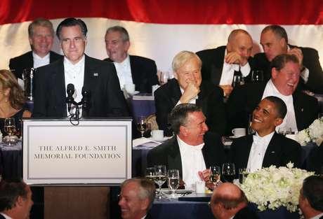 Dos días después de su tenso segundo debate, Obama y Romney compartieron mesa en el hotel Waldorf Astoria de Nueva York, en una cena benéfica que, desde 1960, reúne tradicionalmente a los candidatos para relajar los ataques a unos días de las elecciones.