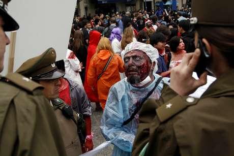 """Cientos de personas caracterizadas como zombies marchan por la Alameda en la denominada Zombie Walk organizada por el canal FOX, para celebrar el estreno de la nueva temporada de """"The Walking Dead"""" (Fotos: Agencia Uno)_."""