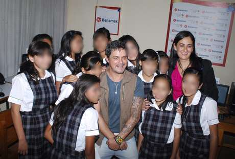 "Alejandro Sanz was surprised by the kids of a Zapopan, Mexico children's home when they sang his hit ""Toca Para Mi"" in gratitude of his visit. The singer made some time in his busy schedule to help celebrate the home's inauguration of their new playroom. Sanz, a father of three, gifted the kids playing childhood songs, giving instruments and tickets to his show in Guadalajara."