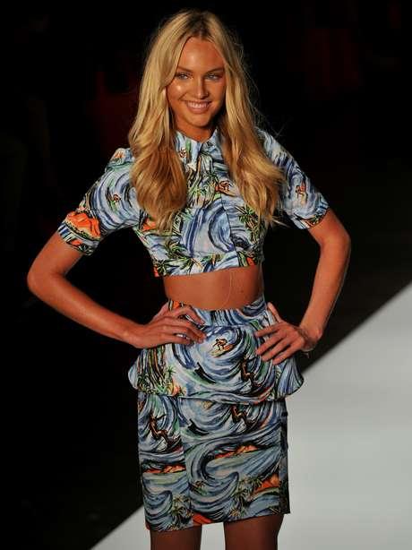Candice Swanepoel desfilou para a Colcci com saia peplum combinada com blusa cropped