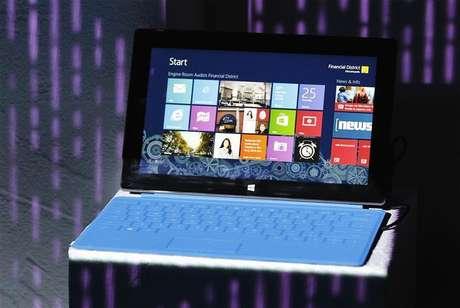 Um tablet Microsoft Surface é apresentado durante evento de lançamento do Microsoft Windows 8 em Nova York, nos EUA. 25/10/2012