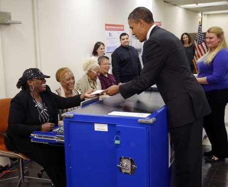 El presidente de Estados Unidos, Barack Obama, votó por adelantado en Chicago,la ciudad donde vivió hasta que se mudó a la Casa Blanca. Mientras, ha venido haciendo campaña para apoyar el voto anticipado desde hace algún tiempo.