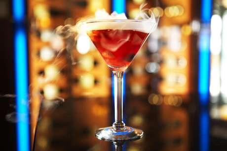 Berries & Bubbles(U$ 14): este é o mais tradicional drinque do bar, especialmente por conta do gelo seco que faz com que o copo fique rodeado de fumaça. Misture 35ml de Belvedere Citrus (vodca), 22ml de creme de cassis e 30ml de soro de leite em uma coqueteleira. Adicione gelo e misture bem. Coloque a mistura em um uma taça de martini contendo frutas vermelhas e um pedaço de gelo seco no fundo.  Finalize o coquetel adicionando 30ml de champanhe