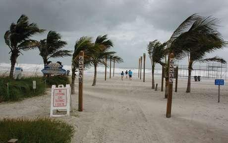 La Agencia Federal para el Manejo de Emergencias de Estados Unidos (FEMA) exhortó a los residentes de la costa este del país a seguir las instrucciones oficiales ante el posible impacto del huracán Sandy. FEMA está preparada y lista para brindarle apoyo a sus contrapartes estatales, locales y tribales a responder al impacto que pueda causarle el huracán Sandy, señaló la agencia.