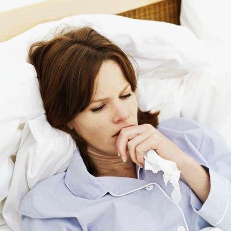 """9. Descanso: segundo o médico, esta pode não ser a solução mais rápida, mas ficar um pouco de repouso é provavelmente a melhor coisa que você pode fazer para combater a infecção que causou a sua dor de garganta. """"A grande maioria das dores nessa região é causada por um vírus da gripe, e sabemos que há muito pouco que possa ser feito para curar uma gripe. Então, garantir que seu corpo está descansado pode ajudá-lo a se livrar do vírus antes"""", defende"""