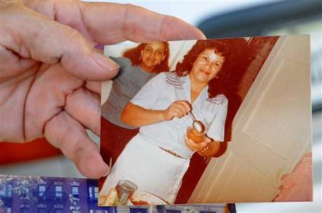 Miladys Ortega, hermana de Yoselyn, muestra una foto de la niñera de NY que asesinó a dos niños.