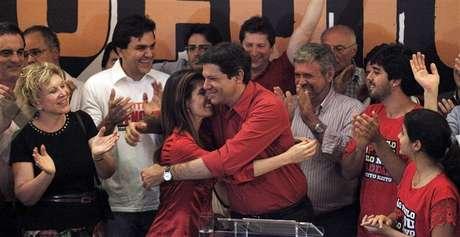 O recém-eleito prefeito de São Paulo, Fernando Haddad, do PT, abraça sua esposa Ana Estela após vencer as eleições em São Paulo. 28/10/2012