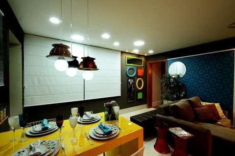Os arquitetos Luciano Mesquita Dourado, Thaylise Queiroz Freire e Thaline da Cruz Queiroz usaram escorredores de macarrão para criar luminárias pendentes