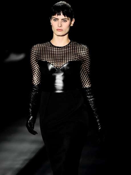 Isabeli Fontana é uma das dezenas de modelos que usaram o preto no primeiro dia de desfile do São Paulo Fashion Week, no Parque Villa-Lobos