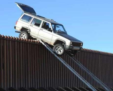 Foto Jeep Cherokee varada en la frontera entre Estados Unidos y México