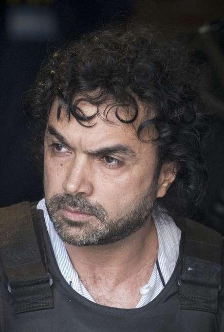 """El supuesto narcotraficante colombiano Henry de Jesús López, alias """"Mi Sangre, es escoltado fuera de la central de policía en Buenos Aires, Argentina, el miércoles 31 de octubre de 2012."""