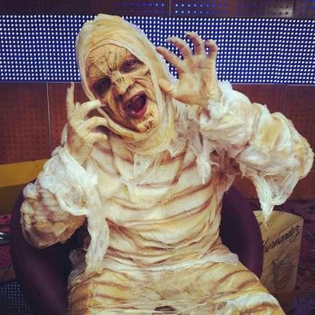 Carlos Vargas, presentador de 'La Red', mostró en Twitter un adelanto del disfraz de momia que usará durante el programa.