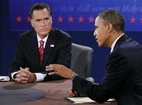 Presidente norte-americano e candidato à reeleição, Barack Obama, fala enquanto seu rival Mitt Romney escuta durante debate presidecial em Boca Raton, na Flórida. A polêmica relação comercial entre Estados Unidos e China foi um dos principais temas da campanha eleitoral norte-americana deste ano, na qual Obama defendeu sua atuação e Romney prometeu uma abordagem mais dura. 22/10/2012