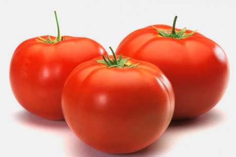 Além de ter poucas calorias, o tomate protege a pele contra os raios infravermelhos, previne contra certos tipos de câncer e diminui o colesterol