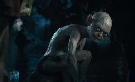 'The Hobbit: An Unexpected Journey' cuenta la historia de Bilbo Baggins que se ve arrastrado a una épica búsqueda para recuperar el reino enano de Erebor, secuestrado por el terrorífico dragón Smaug. Reclutado inesperadamente por el mago Gandalf, Bilbo se halla a sí mismo enrolado en una compañía formada por trece enanos y liderada por el legendario guerrero Thorin. Su viaje les llevará a tierras salvajes, a territorios peligrosos repletos de trasgos y orcos, arañas gigantes y hechiceros.
