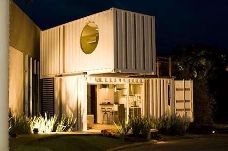 A arquiteta catarinense Lívia Ferraro introduziu o conceito de casa-contêiner no Brasil. Neste projeto ela utilizou duas peças entrecruzadas para criar um loft de 47 m² com quarto, sala, cozinha, banheiro, lavanderia e varanda