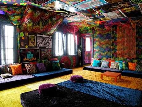 Para las paredes los telares hindús, alfombras, telas, tapizados o artesanales harán que luzcan espectacular con ese toque hippie.
