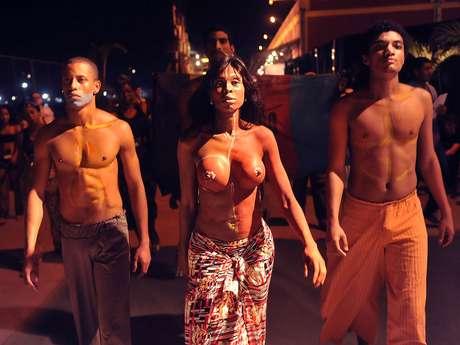 Grupo de manifestantes do movimento Educafro protestam contra a falta de negros nas passarelas brasileiras