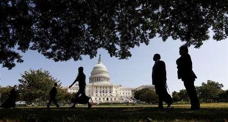 Turistas caminham em frente ao Capitólio dos EUA em Washington. O presidente dos EUA, Barack Obama, tem sido bloqueado no Congresso desde as eleições de 2010, quando os republicanos assumiram o controle da Câmara dos Deputados, e isso provavelmente não vai mudar. 25/09/2012