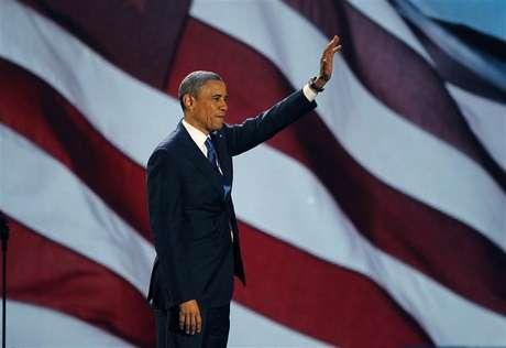 O presidente norte-americano reeleito, o democrata Barack Obama, que derrotou o republicano Mitt Romney, acena para seus seguidores durante discurso da vitória em Chicago, nos Estados Unidos, nesta quarta-feira. 07/11/2012