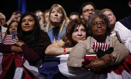 Pessoas escutam discurso de vitória do presidente Barack Obama, em Chicago. 07/11/2012