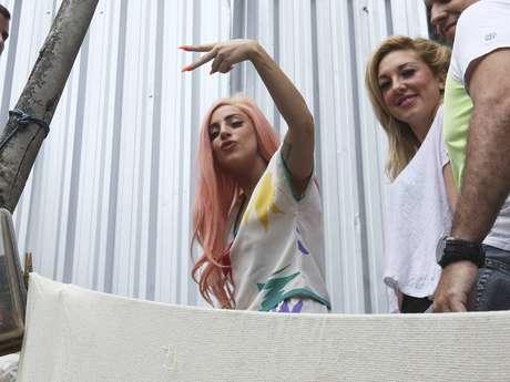 La cantante Lady Gaga aprovechó un receso en su gira 'Born This Way Ball' para visitar la favela de Cantagalo en Río de Janeiro, Brasil.