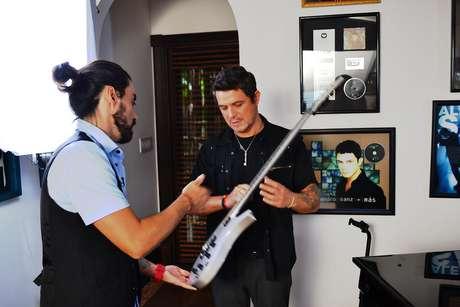 Alejandro y VJ Maury compartieron el amor por las guitarras y la música.