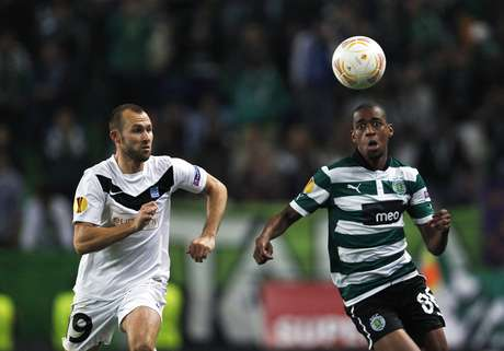 Sporting's Gelson Fernandes (R) fights for the ball with Genk's Thomas Buffel during their Europa League Group G soccer match at the Alvalade stadium in Lisbon November 8, 2012.