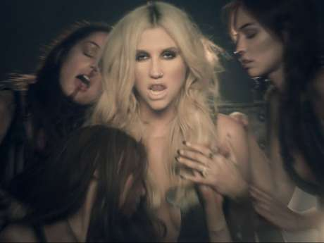 Ke$ha lidera un sexy culto en video 'Die Young'.