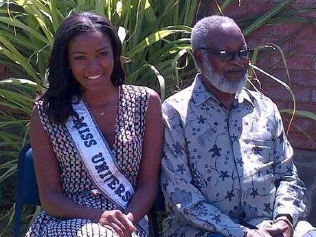 Miss Universo Leila Lopes junto al legendario presidente Sam Nujoma.