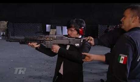 Elementos de la Policía Federal instruyen en el manejo y disparo de un rifle de asalto a Manny Pacquiao.