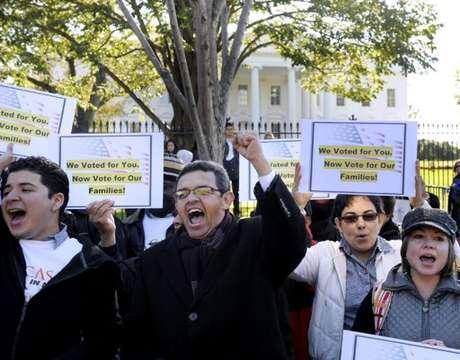 Gustavo Torres, director de Casa in Action, al centro, y otros , se concentran frente a la Casa Blanca para pedir al presidente Barack Obama por la reforma migratoria.