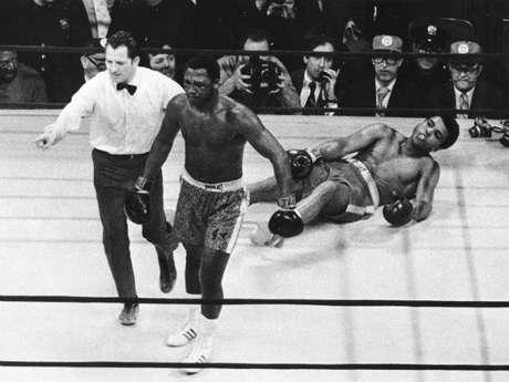 Duelos impresionantes en el boxeo se han dado en la historia de este deporte. También un ingrediente que ha vuelto emocionantes ciertas peleas son las rivalidades marcadas por varios duelos, en especial de tres. Aquí recordamos un Top 5 de aquellas trilogías que levantaron del asiento a los fanáticos del pugilismo. La número es sin duda la que se dio entre Mohamed Ali y Joe Frazier en la década de los 70. El primer combate entre estos titanes se dio el 8 de marzo de 1971. Contra todos los pronósticos 'Smokin Joe' derrotó a Ali para quitarle el invicto.