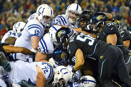 Andrew Luck, quarterback de Potros, tuvo dos touchdowns por tierra ante los Jaguares de Jacksonville