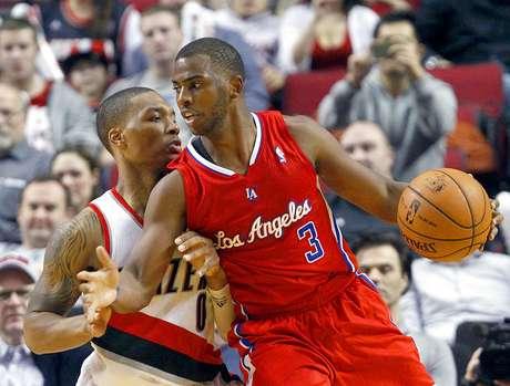 Clippers vs. Trail Blazers: Chris Paul intenta driblar la marca de Damian Lillard. Los Ángeles vencieron 103-90 a Portland en el Rose Garden.
