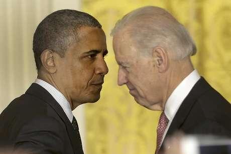 El presidente Barack Obama pasa junto al vicepresidente Joe Biden, luego de hablar sobre la economía y el déficit el viernes 9 de noviembre de 2012 en la Casa Blanca