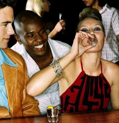 Quem ingere álcool antes de sair de casa acaba bebendo quase o dobro durante a noite