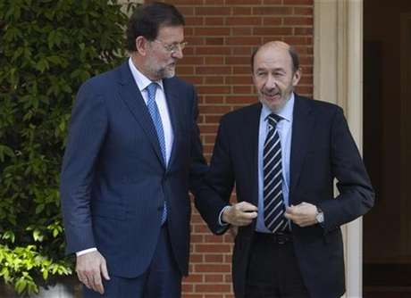 Spain's Prime Minister Mariano Rajoy (L) talks with main opposition Socialist leader Alfredo Perez Rubalcaba before their meeting at the Moncloa Palace in Madrid May 25, 2012.