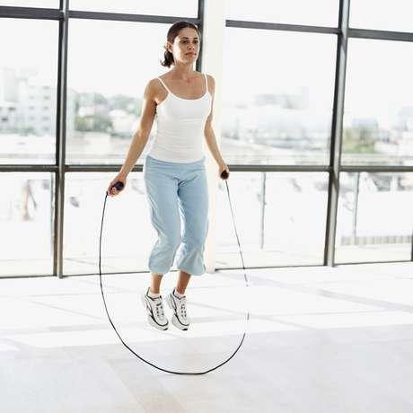 Atividades como pular corda conseguem gastar muitas calorias em pouco tempo