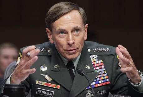 """El director de la CIA, David Petraeus, ha dimitido como director de la agencia de inteligencia estadounidense tras verse involucrado en una relación extramarital. """"Mostré poco sentido común al involucrarme en una relación extramatrimonial, pese a estar casado durante más de 37 años. Un comportamiento semejante es inaceptable, tanto para un marido como para el líder de una organización como la nuestra"""", dijo Petraeus en un comunicado. Pero, ¿quiénes más han atravesado un lío de faldas?"""