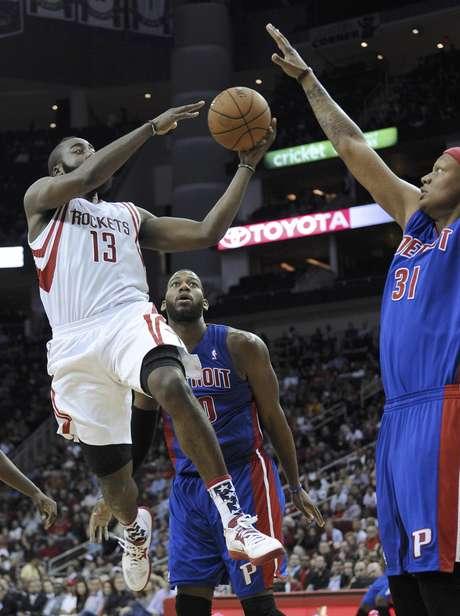 James Harden (13), de los Rockets de Houston, intenta pasar el balón entre Greg Monroe (10) y Charlie Villanueva (31), de los Pistons de Detroit, en la segunda mitad del juego del sábado 10 de noviembre de 2012, en Houston.