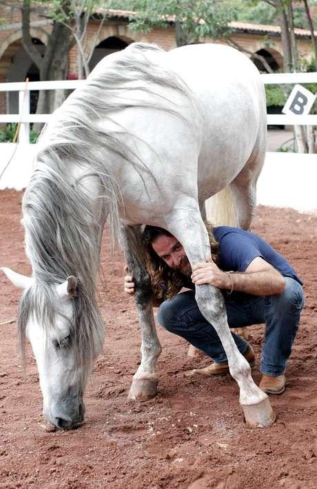 El entrenador argentino visitó una escuela de jinetes, en Texcoco, para trabajar con Zeus, un caballo de raza española.