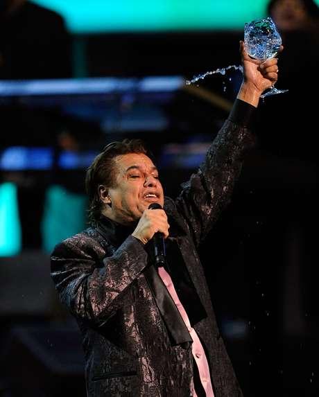 """Juan Gabriel brindó un espectáculo sin igual en el 2009 donde puso a bailar a toda la audiecia con su música. El carismático cantante dijo en pleno show, """"para que lo sepan todos los gringos, que México es muy lindo."""""""