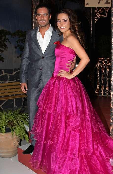 Ariadne Díaz y José Ron protagonizan la telenovela 'La Mujer del Vendaval'.