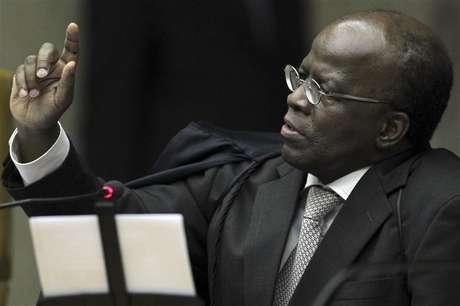 Ministro Joaquim Barbosa reage durante julgamento do mensalão no Supremo Tribunal Federal, em Brasília. O julgamento do chamado mensalão deve se estender até dezembro, mais de quatro meses depois de seu início. 23/10/2012
