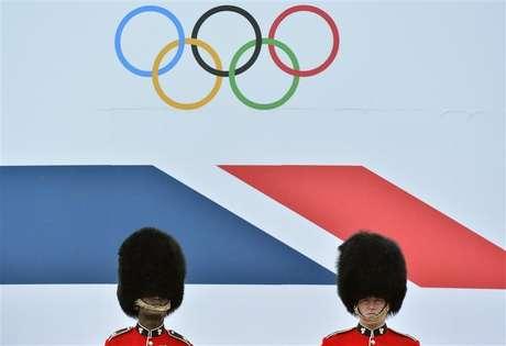 Soldados britânicos ficam de guarda antes de desfile de atletas britânicos que participaram da Olimpíada e Paralimpíada, em Londres. Acordos de patrocínios e receitas recordes com as vendas de quase 11 milhões de ingressos ajudaram os organizadores de Londres a bater a meta de arrecadar 2,4 bilhões de libras (3,8 bilhões de dólares) para sediar os Jogos Olímpicos e Paralímpicos deste ano. 10/09/2012