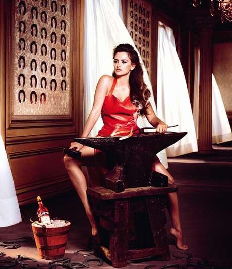 Penélope Cruz aparece em várias cenas com inspiração em superstições