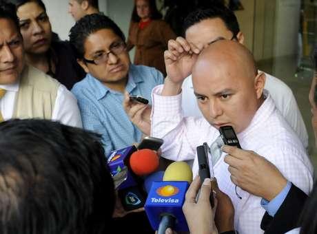 Enrique Cuacuas, padre del menor Hendrik, quien recibió un disparo de arma de fuego en el interior de una sala cinematográfica en Ciudad de México, habla ante la prensa.